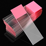 Predmetna stakla matirana u boji po izboru, sa jedne strane. Svetao neprozirni sloj u jednoj od šest standardnih boja: bela, plava, roze, žuta, zelena i narandžasta. Matirani deo u boji je rezistentan na većinu laboratorijskih hemikalija. Boja ostaje nepromenjena pri rutinskom bojenju u laboratoriji. Odgovarajuće za obeležavanje inkjet i termal transfer printerima i permanentnim markerima